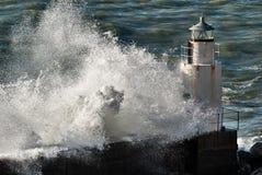 Vuurtoren onder de macht van de golven stock foto