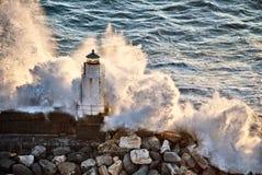 Vuurtoren onder de macht van de golven Royalty-vrije Stock Fotografie