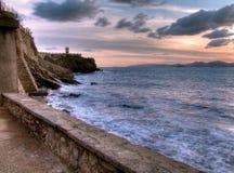 Vuurtoren op de kust stock foto