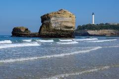 Vuurtoren op de rots at low tide in Biarritz, Frankrijk stock fotografie