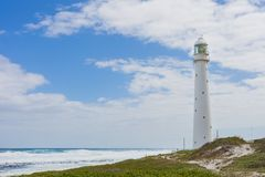 Vuurtoren op een ruwe kustlijn tijdens de dag royalty-vrije stock fotografie