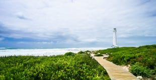 Vuurtoren op een ruwe kustlijn tijdens de dag royalty-vrije stock foto