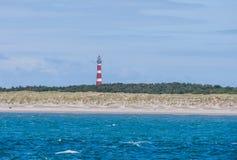 Vuurtoren op Eiland Ameland met blauwe hemel Royalty-vrije Stock Afbeelding