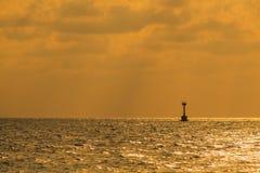 Vuurtoren op het gouden overzees in Thailand Royalty-vrije Stock Foto