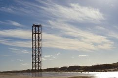 Vuurtoren op het strand royalty-vrije stock fotografie