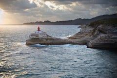 Vuurtoren op rotsen over het overzees Royalty-vrije Stock Fotografie