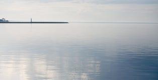 Vuurtoren in overzees met mooie golven Royalty-vrije Stock Afbeeldingen