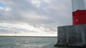 Vuurtoren van de zeehaven van Sotchi, Olympische ringen in het zonsondergang lichte, kalme overzees stock videobeelden