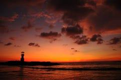 Vuurtoren en overzees in zonsondergang, Thailand royalty-vrije stock fotografie