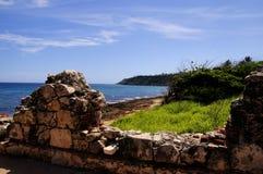 Vuurtorenruïnes en strand Royalty-vrije Stock Fotografie