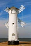 Vuurtorenwindmolen in Swinoujscie, Polen Stock Foto's
