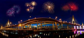 Vuurwerk bij Bhumibol-brug Royalty-vrije Stock Afbeeldingen