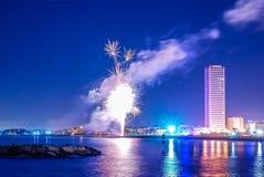 Vuurwerk bij de kust royalty-vrije stock afbeelding