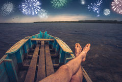 Vuurwerk bij de nachthemel Royalty-vrije Stock Fotografie