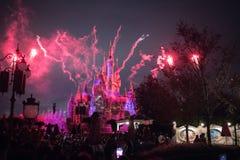 Vuurwerk bij het Verrukte Verhalenboekkasteel in Shanghai Disneyland, China stock foto's