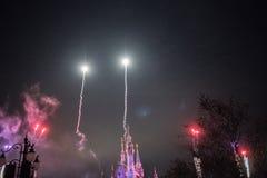 Vuurwerk bij het Verrukte Verhalenboekkasteel in Shanghai Disneyland, China royalty-vrije stock afbeelding
