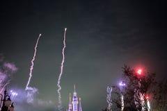 Vuurwerk bij het Verrukte Verhalenboekkasteel in Shanghai Disneyland, China stock fotografie