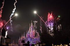Vuurwerk bij het Verrukte Verhalenboekkasteel in Shanghai Disneyland, China royalty-vrije stock foto