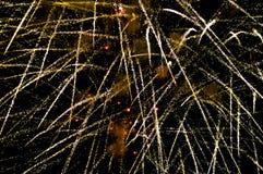 Vuurwerk bij nacht op onduidelijk beeldachtergrond royalty-vrije stock foto