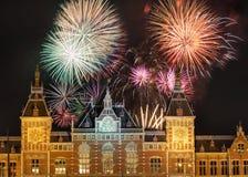 Vuurwerk boven Amsterdam Centraal royalty-vrije stock afbeeldingen