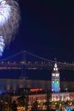 Vuurwerk boven de Bouw van de Veerboot & de Brug van de Baai Royalty-vrije Stock Afbeeldingen