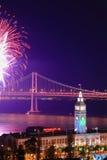 Vuurwerk boven de Bouw van de Veerboot & de Brug van de Baai Stock Foto's