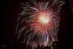 Vuurwerk boven de Kuuroordstad van 2 Royalty-vrije Stock Afbeeldingen