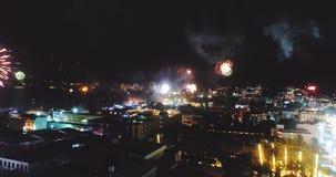 Vuurwerk boven de stad op Nieuwjaar` s Vooravond stock videobeelden