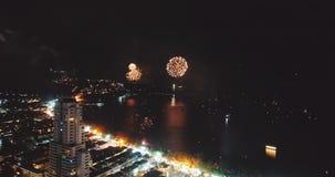 Vuurwerk boven de stad op Nieuwjaar` s Vooravond stock footage