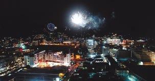 Vuurwerk boven de stad op Nieuwjaar` s Vooravond stock video