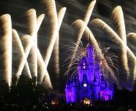 Vuurwerk boven Disney-wereldkasteel Stock Afbeelding