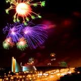 Vuurwerk boven stad Stock Foto's