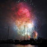 Vuurwerk briljant over haven Stock Fotografie