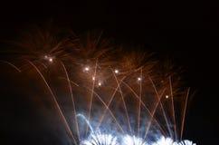 Vuurwerk dat in de hemel in brand wordt gestoken stock foto's