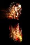 Vuurwerk dat in een meer wordt weerspiegeld Stock Afbeeldingen