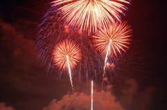 Vuurwerk dat omhoog de hemel aansteken stock afbeeldingen