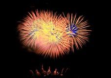 Vuurwerk dat omhoog de Hemel aansteken Stock Foto's