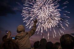 Vuurwerk in de avond Royalty-vrije Stock Foto's