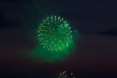 Vuurwerk in de avond hemel Stock Foto