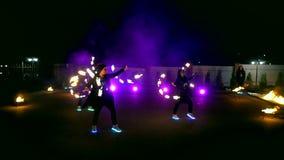 Vuurwerk De brand toont De jongens en de meisjes dansen in schoenen die in de nacht gloeien stock videobeelden