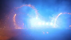 Vuurwerk De brand toont De jongens en de meisjes dansen in schoenen die in de nacht gloeien Deel 19 stock footage