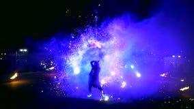 Vuurwerk De brand toont met dansende meisjes in rode kleding Het verbazen bij nacht stock footage