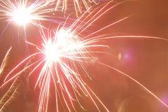 Vuurwerk in de hemel Stock Afbeeldingen