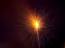 Vuurwerk in de hemel bij nacht als achtergrond stock illustratie