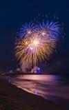 Vuurwerk in de hemel in overzees bij de Pijler die van Bournemouth wordt weerspiegeld Royalty-vrije Stock Foto