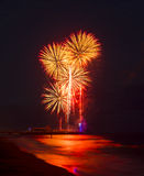 Vuurwerk in de hemel in overzees bij de Pijler die van Bournemouth wordt weerspiegeld Stock Foto's
