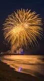 Vuurwerk in de hemel in overzees bij de Pijler die van Bournemouth wordt weerspiegeld Stock Fotografie