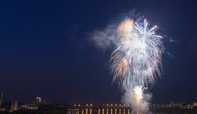 Vuurwerk in de nacht royalty-vrije stock fotografie