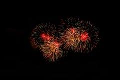 Vuurwerk in de nacht Het vuurwerk van de nieuwjaarviering, Kleurrijk vuurwerk over donkere die hemel, tijdens een vieringsgebeurt Royalty-vrije Stock Foto