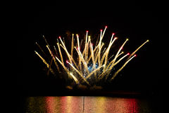 Vuurwerk in de nachthemel Stock Foto
